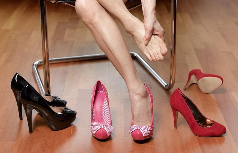 Đi giày cao gót thường xuyên sẽ gây viêm khớp