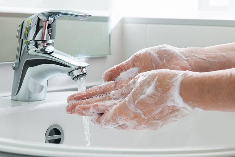 Bạn nên rửa tay bằng xà phòng mới giúp sạch vi khuẩn