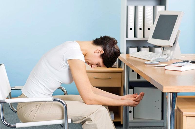 Tập gập bụng ngay tại chỗ ngồi để tránh béo bụng
