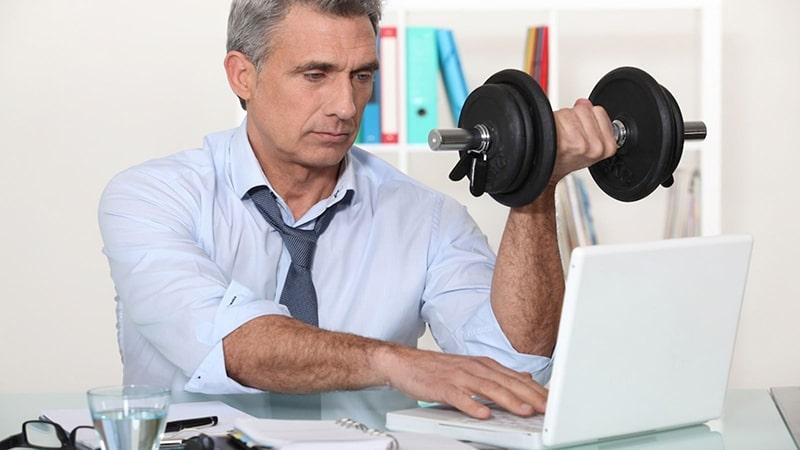 Hoạt động bất cứ lúc nào có thể khi ngồi làm việc để tránh béo bụng