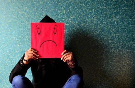 Luôn nhìn thấy lỗi lầm ở người khác: Nỗi bất hạnh của những cái đầu chứa đầy thành kiến