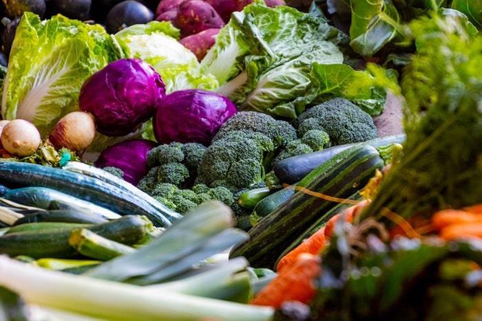 Cà chua, chuối, đậu bắp,.. là những loại rau củ quả giúp bổ sung chất nhờn cho khớp.