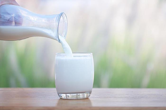 Người bị bệnh xương khớp nên tạo thói quen uống sữa mỗi ngày.