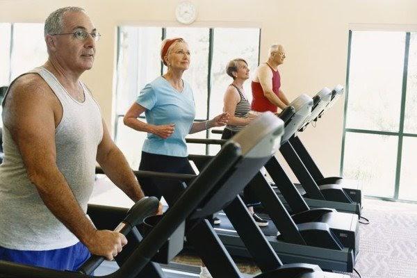 Chọn máy chạy bộ phù hợp cho người cao tuổi
